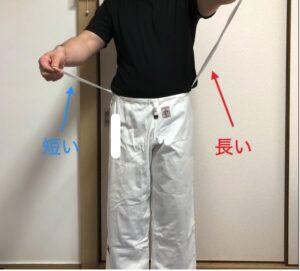 柔道着ズボンの紐の左右の長さが違う状態の写真